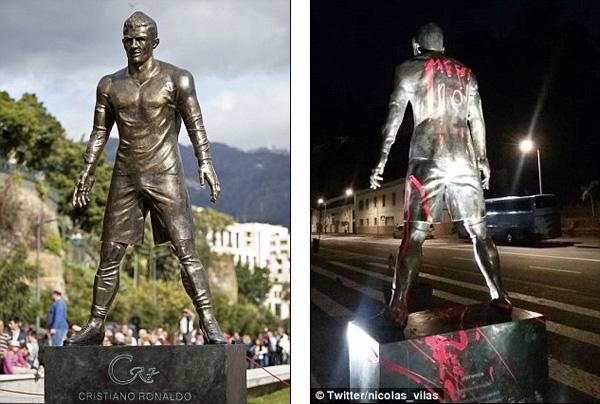 รูปปั้น โรนัลโด มือบอนเขียนชื่อ เมสซี ที่หลังหุ่น