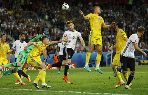 เยอรมนี ปราบ ยูเครน 2-0 จาก โชคราน มุสตาฟี และ บาสเตียน ชไวน์สไตเกอร์
